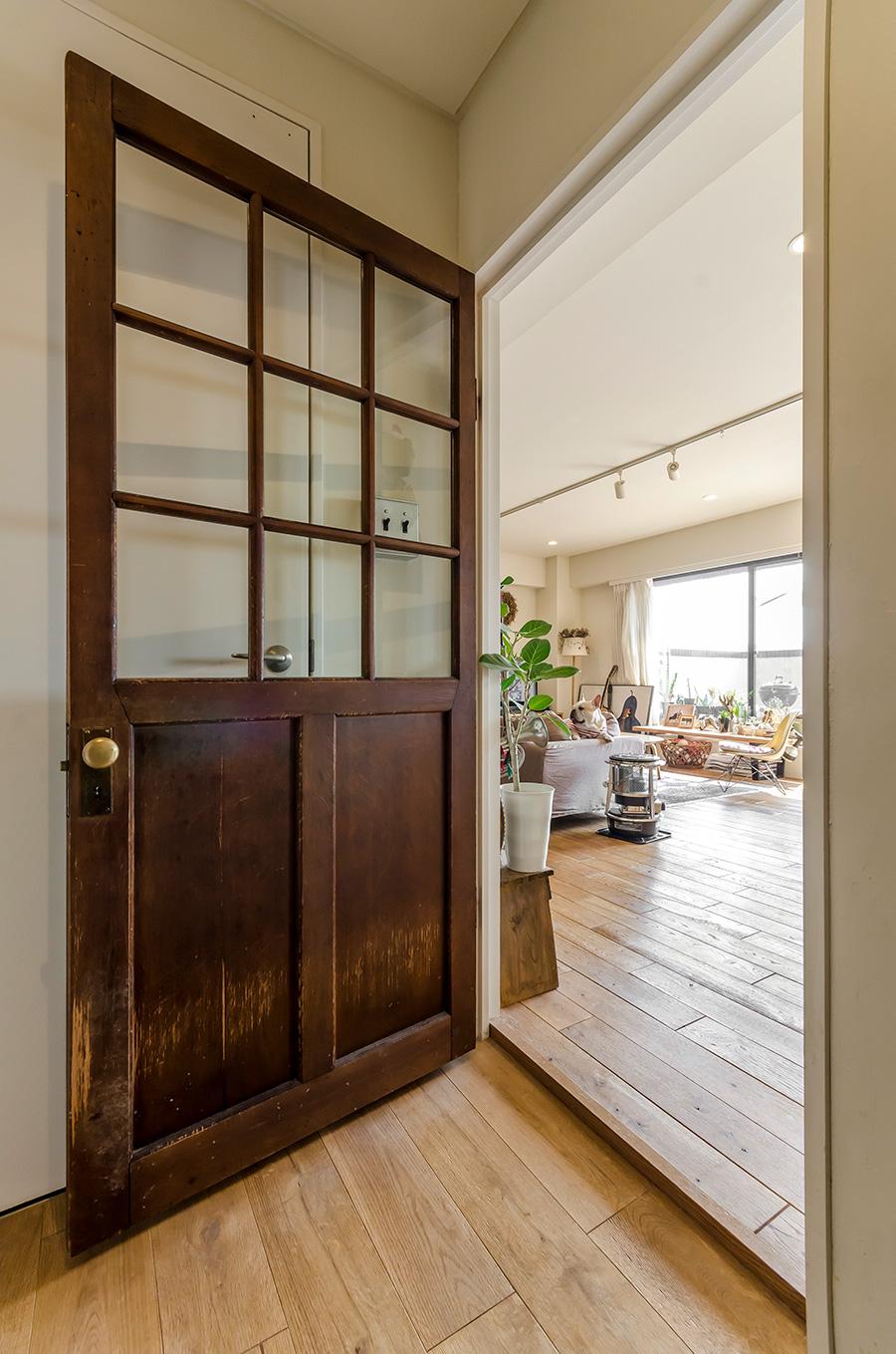 リビングと廊下を仕切るドアも、古道具店で見つけたもの。