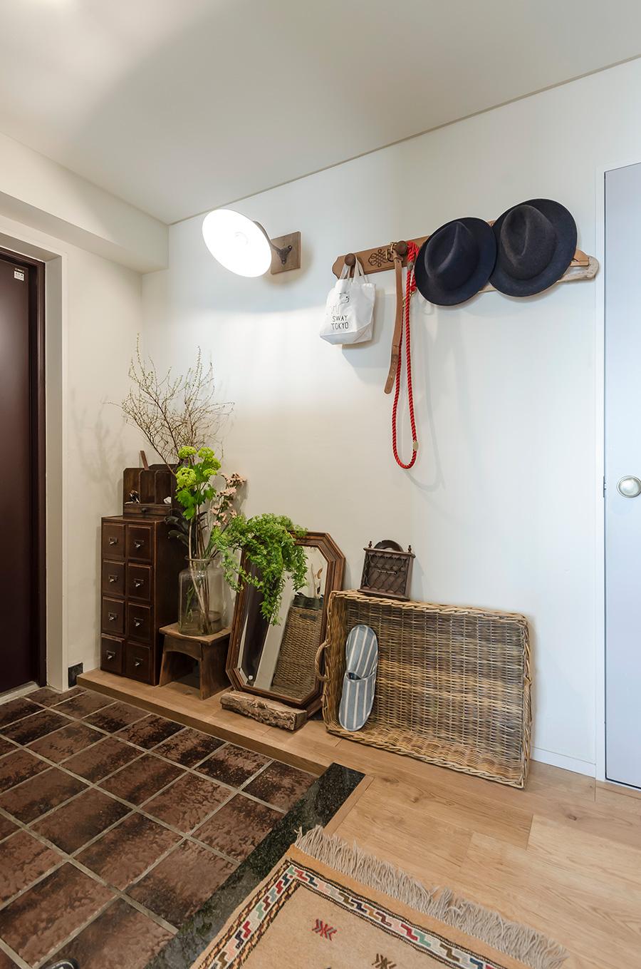 玄関土間のレトロなタイルも既存のもの。写真右のドアは、収納スペース。