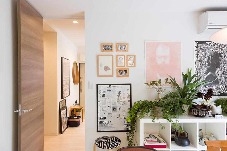 小さなイラストや写真は同じ素材で額装して飾ったり、ポスターなどはそのまま貼ったり、壁面を自在に楽しんでいる。