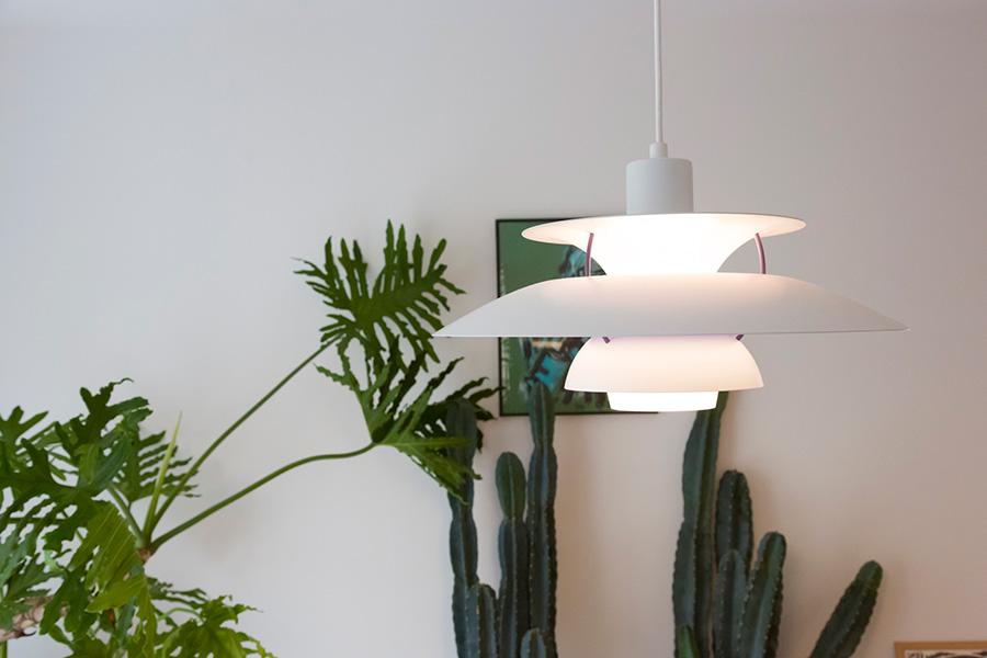 エキゾチックな観葉植物を背景にすると、ルイス・ポールセンの照明が蘭の花のように見えてくる。