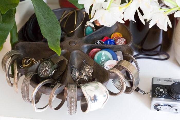 アクセサリーや時計などは小物入れにまとめて。ネジや釘などを入れておくために工場で使われているトレイなのだそう。