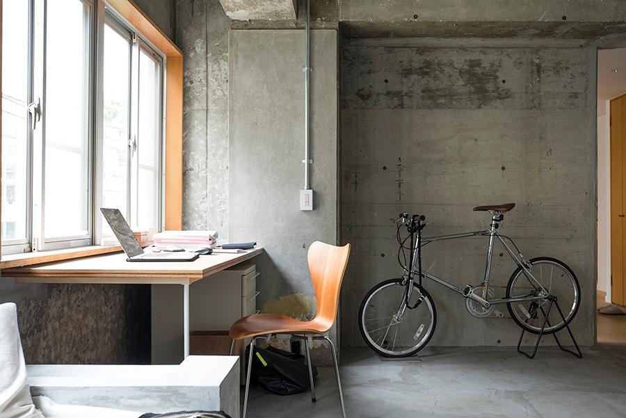 いつも仕事をしているコーナー。「日が差してくるとダイニングに行ったりして、逃げるように生活しています(笑)」。自転車は渋谷などに出るときに活躍。