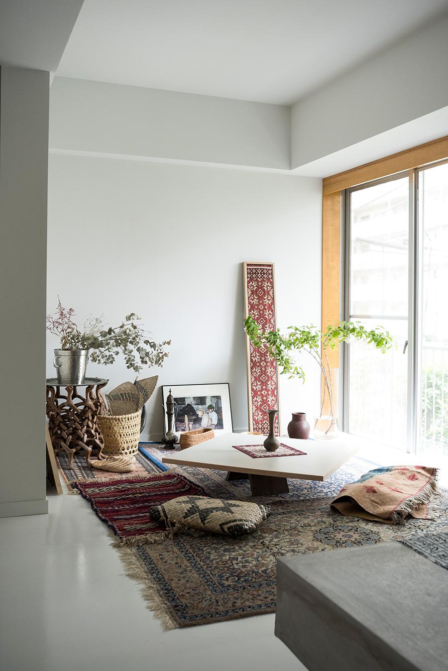 子供の頃から家にあったカーペット、お祖母さんからもらった民藝品、旅先で買った雑貨などを眠らせずいつも楽しめるように。ここでは座って過ごす。