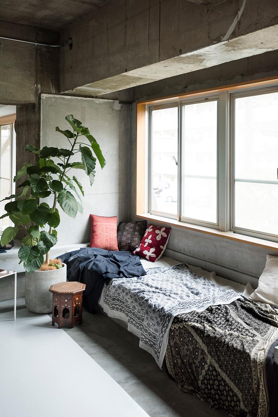 木の窓枠は元から付いていたもの。窓と相性のよい大きめのデイベッドを、木枠にモルタル左官で取り付けた。窓まわりは場所ごとに考え中。
