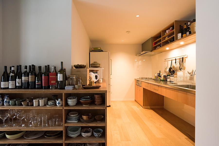 キッチンは日高さんがデザイン。シンプルに徹していて使いやすそう。キッチンからダイニングへと連続性を持たせるため、キャビネットをL字型に設置。