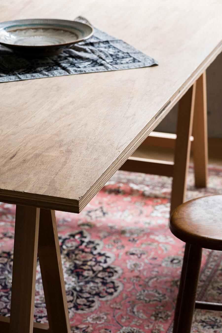 テーブルの合板には自分でやすりをかけ蜜蝋を塗った。