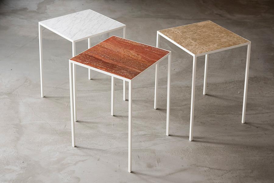 日高さんがデザインしたオリジナルのコーヒーテーブル。大理石の天板のセレクトを楽しめる。