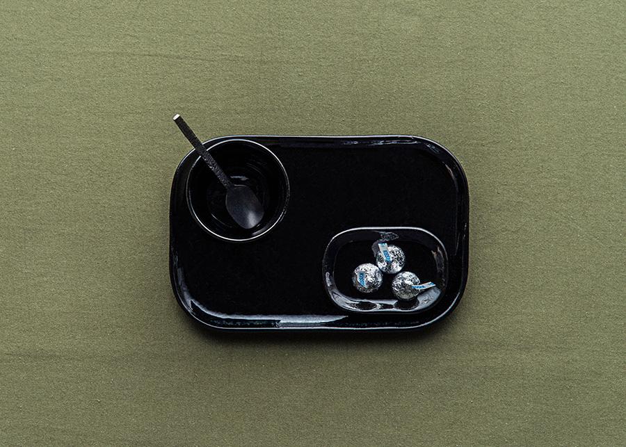 Mサイズのプレートをミニトレーとしてセット。珈琲とチョコレートでささやかなお茶の時間を