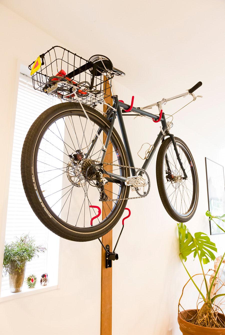自転車ラックを玄関に。休日には世田谷の住まいから横浜まで自転車で行くこともあるそう。