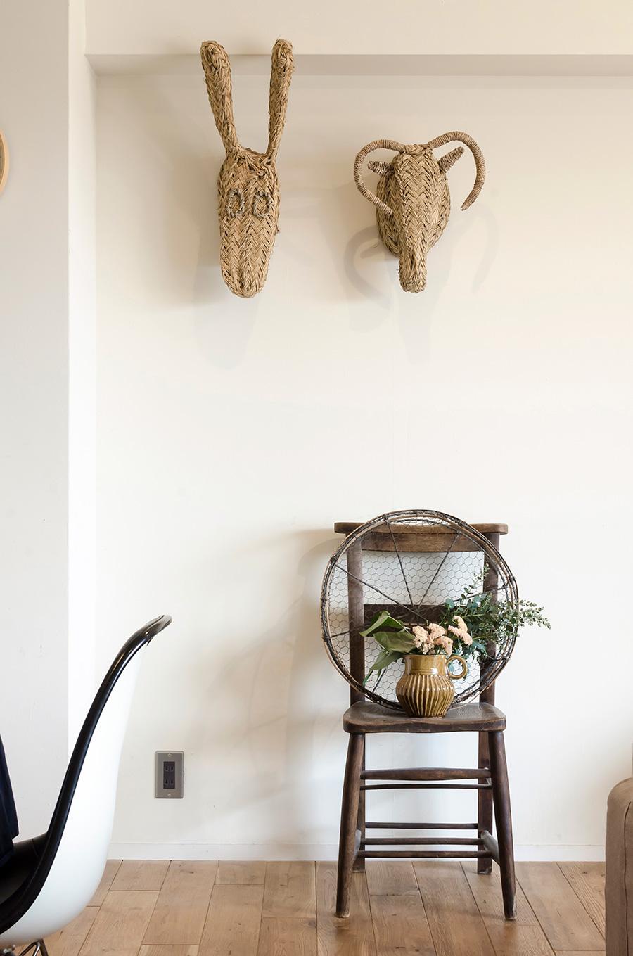 海外の民芸品や日本の古道具などを絶妙なバランスでディスプレイ。