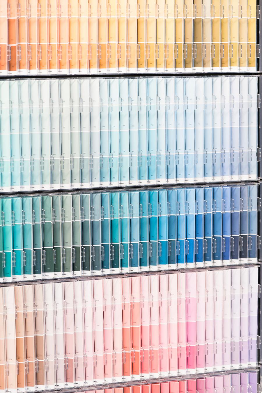 同系色でも微妙に違うカラーを何色も揃える。実際に塗料が吹き付けられた色を確認するカード(テイクホームカード)は、10枚まで持ち帰ることも可。揮発性有機化合物を一切含まないベンジャミンムーアペイントは、臭いがほとんどなく安全性が高いのが魅力。色ムラもできにくく、飛び散りが少ないのでキレイな仕上がりに。