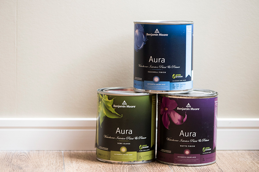 """ハイグレードな""""Aura""""シリーズ。艶消し、2〜3分艶、5分艶の3種類揃える。0.9ℓ¥4650(税抜)。"""