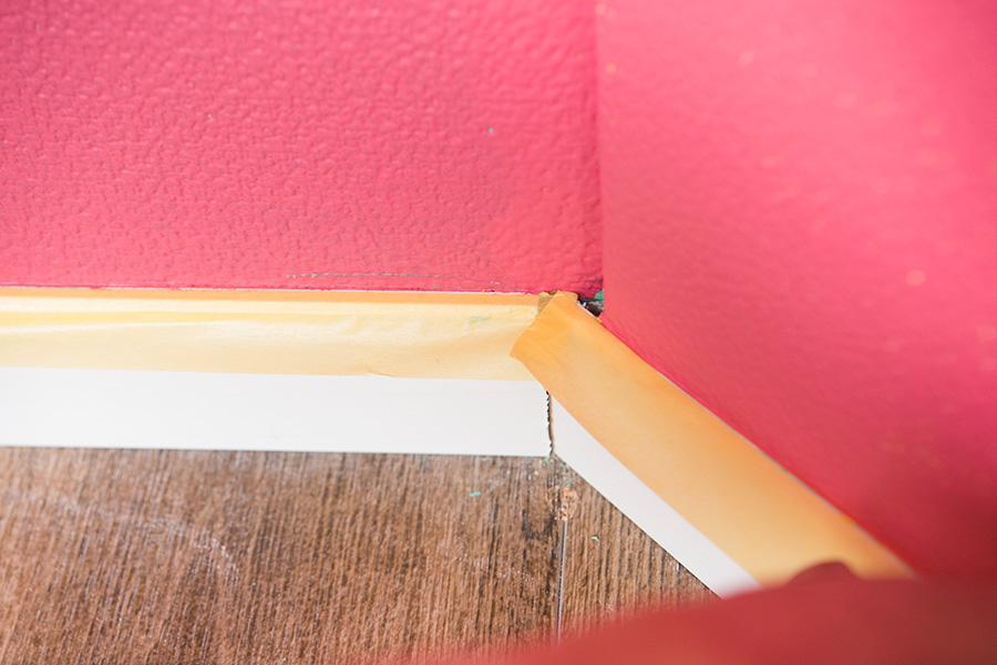 角のところは、テープをカットするとそこから塗料が漏れる可能性があるので、折り返してつなげたまま進める。カットする必要がある場合は、しっかりテープを重ねて貼ること。