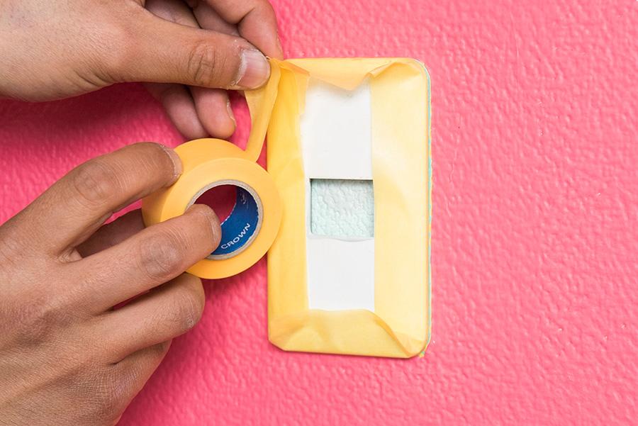 ここもポイント! スイッチパネルまわりも養生を忘れずに。より確実に行うにはパネルをはずしておくのがおすすめ。
