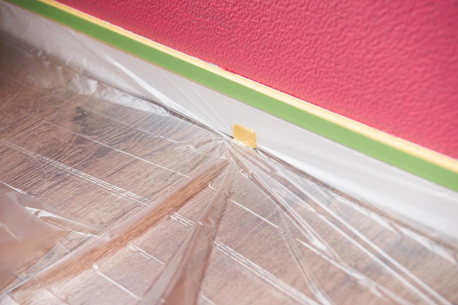 ビニールは、床との間を数カ所テープで留めて、裏うちをする。