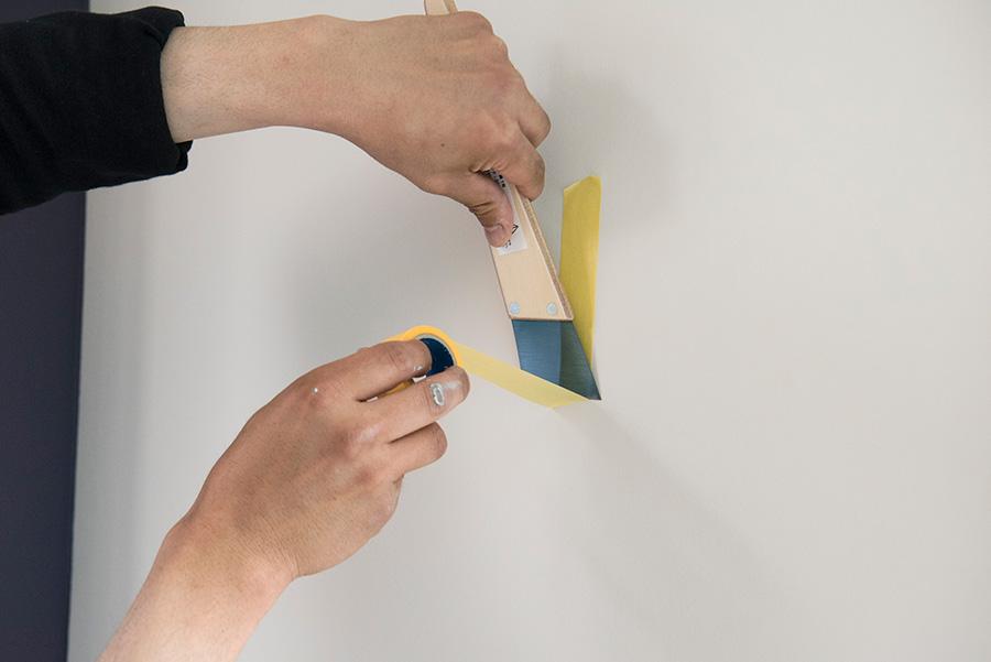 ここもポイント! マスキングテープをカットするときは金ヘラを使う。ヘラで押さえて、テープ側をさっと移動させてカット。