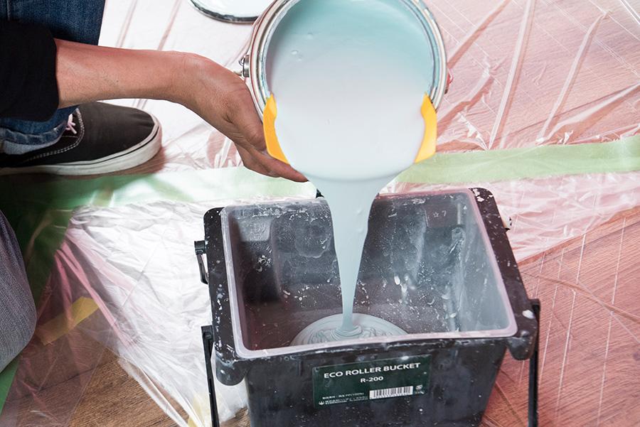 オープナーで缶を開け、フレキシを缶の淵にはめて、塗料を漏れないように少しずつローラーバケットに移す。量はローラーがかぶるくらいを目安に。