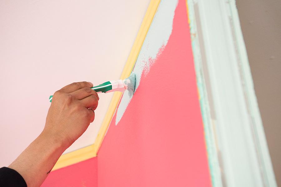 右側から淵を塗っていく(手の動きは左→右)。刷毛は壁の際に平行な角度になるように。