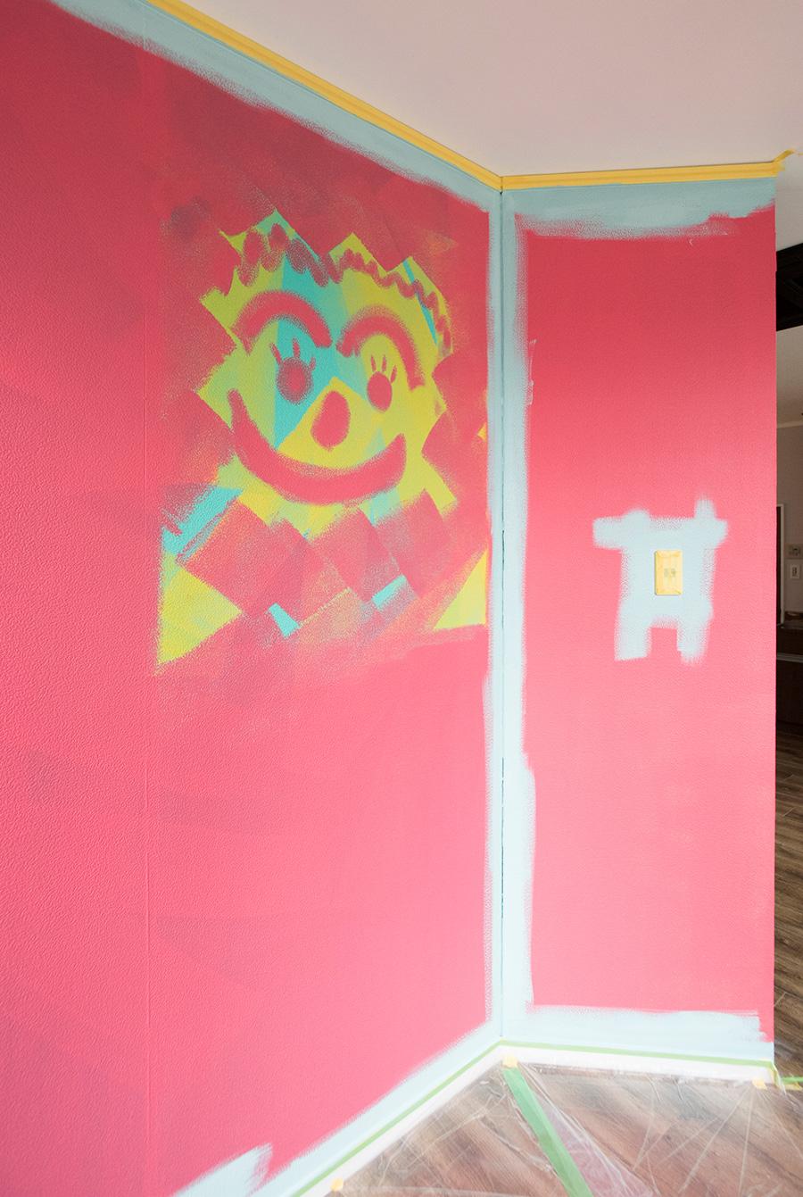 縁取り完成!  隅々までしっかり色を塗り込んだら、ローラーへ。