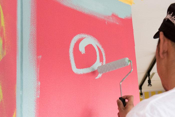最初はローラーを縦にして先っぽを壁に当て、円を描くように動かす。ローラーの塗料溜まりを落とすのが狙い。