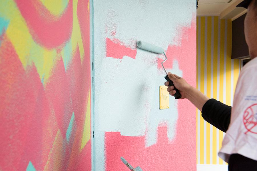 塗料を散らせるようにローラーを転がす。