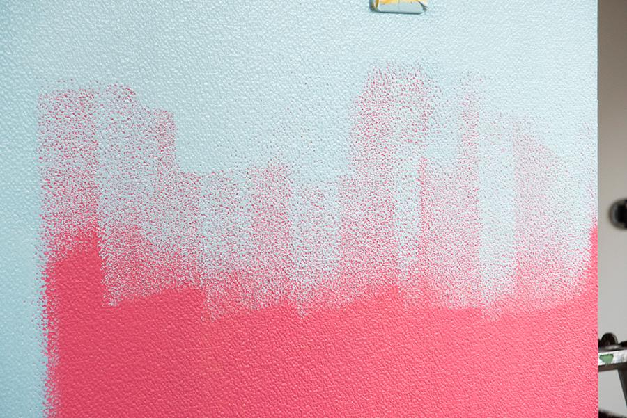 塗料が溜まりやすい際のところに注意。ぼかすようにしながら、ローラーを転がしていくのがポイント。