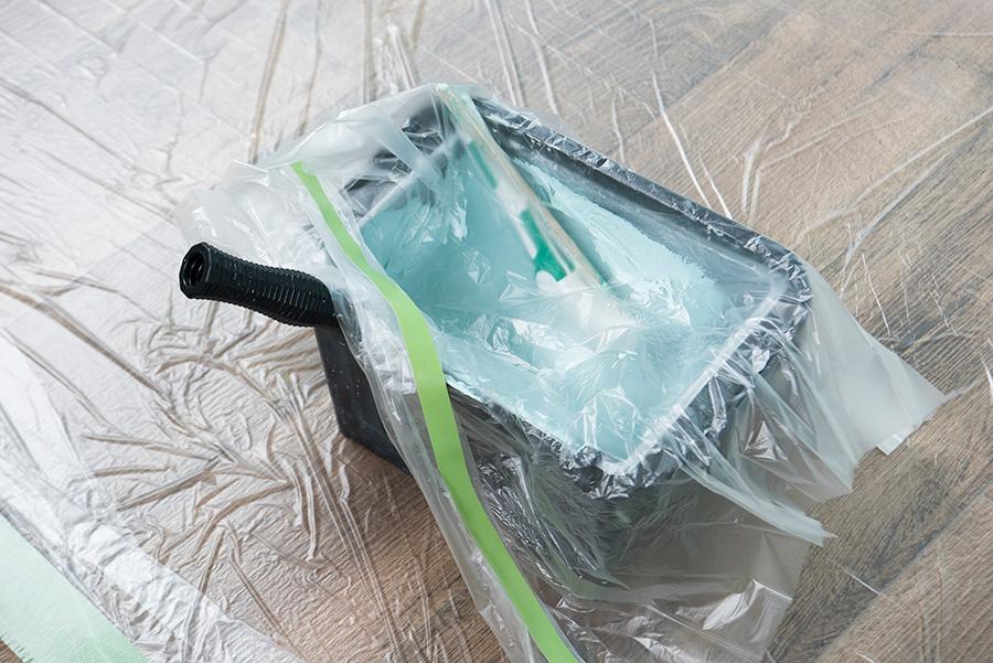 1回目を塗り終えたら、全体が乾燥するまで約1時間休憩する。その間、バケットはこのようにしておけば材料の乾燥を防げる。
