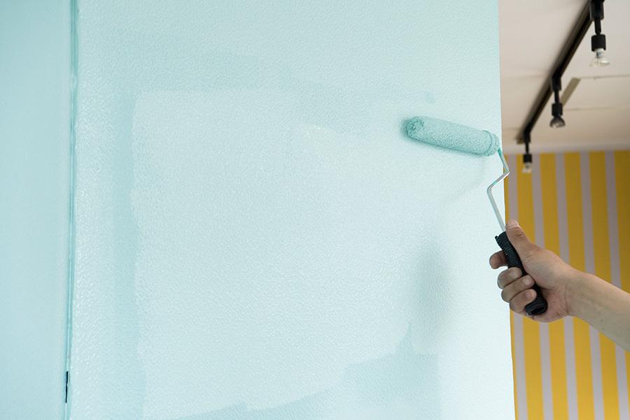 1回目の塗りが乾燥したら(約1時間)、2回目を塗る。1回目と同じ要領で、隅を刷毛で塗るところから繰り返す。