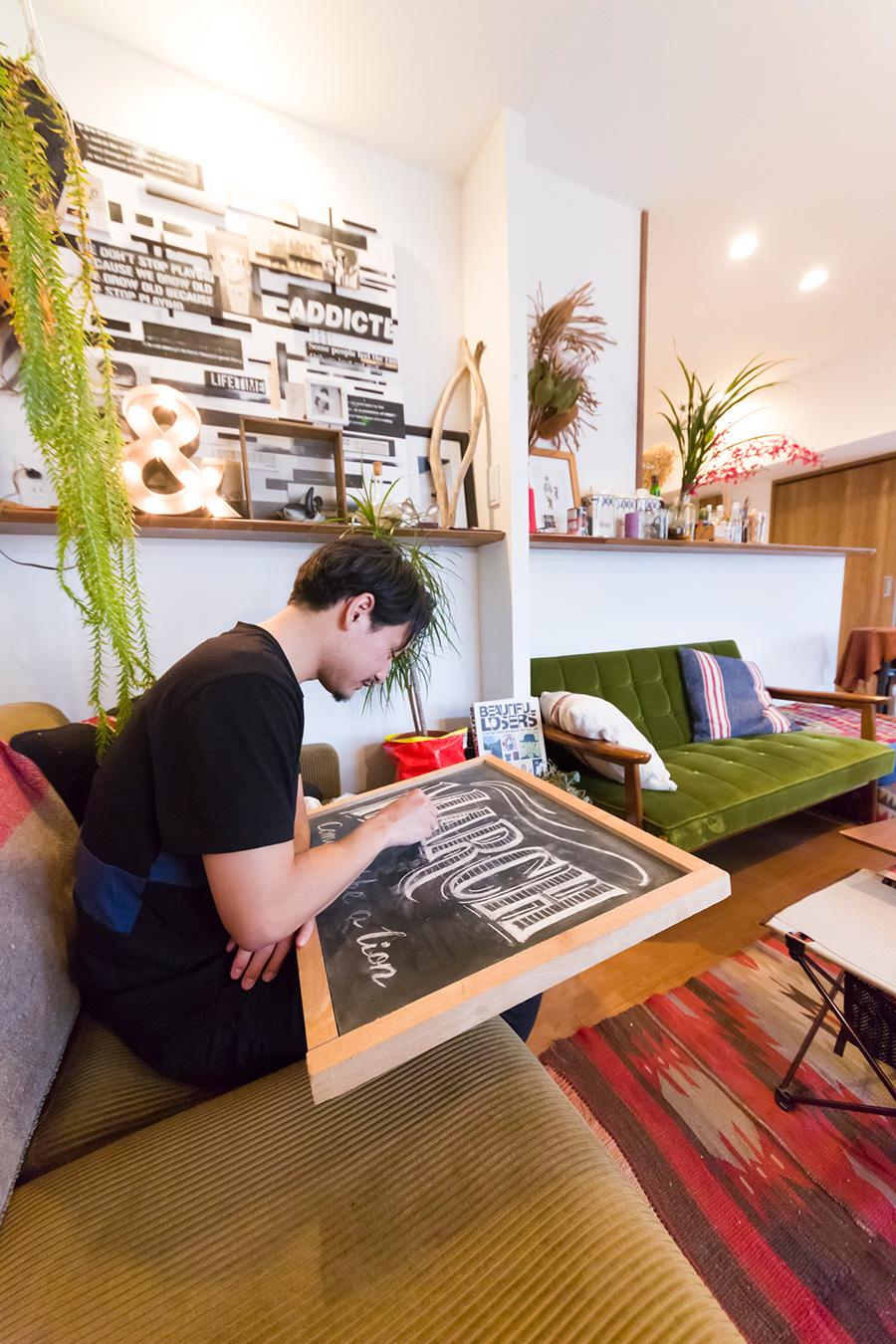 大きな作品は立てかけたボードに描くが、小さなものは膝の上や、机に置いて描くこともあるのだそう。