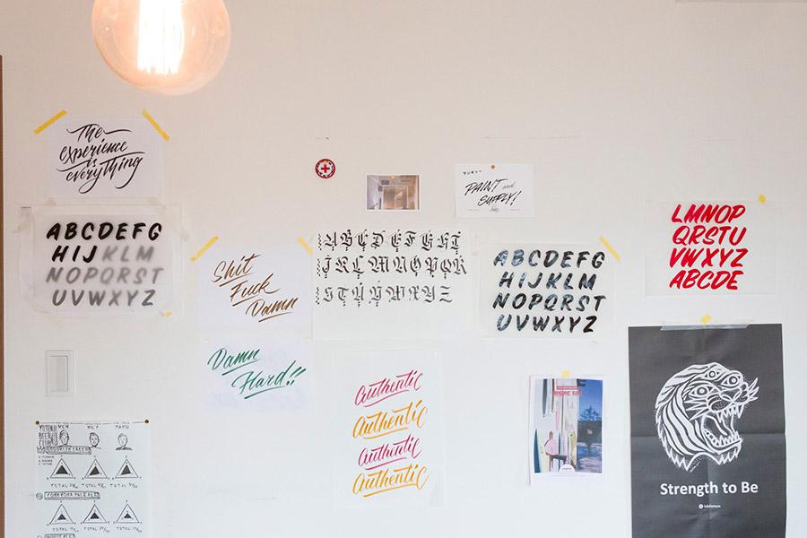 現在、サインペインティング(特殊な塗料でフリーハンドでデザインされた文字を描く技法)やレタリングの練習中なのだとか。様々な書体の文字が壁に貼られている。