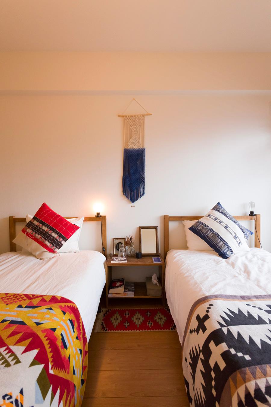 ゲストルームのベッドは、IKEAで買ったものにBRIWAXで色を塗り、古材のような雰囲気に仕上げた。