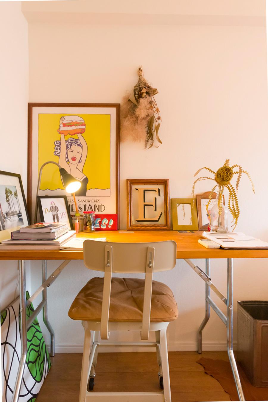 ゲストルームのデスク。額装されたポスターなどを机の上に並べ、客人がホッとできるあたたかなコーナーになっている。