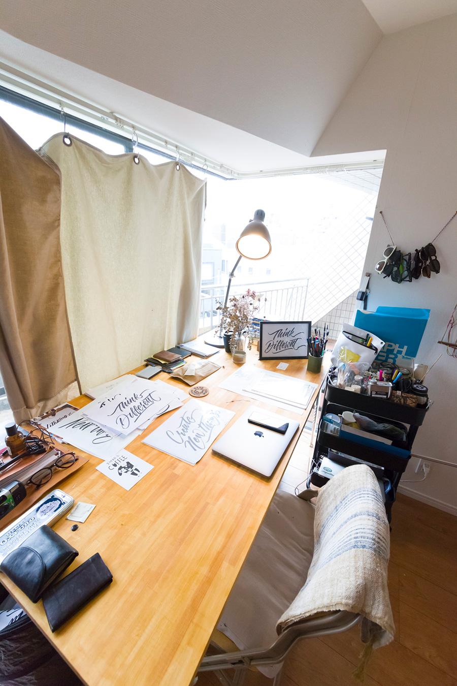 こちらは井澤さんの机。仕事から帰るとここでサインペインティングやレタリングの練習をしているそう。英語の勉強も毎日3時間!
