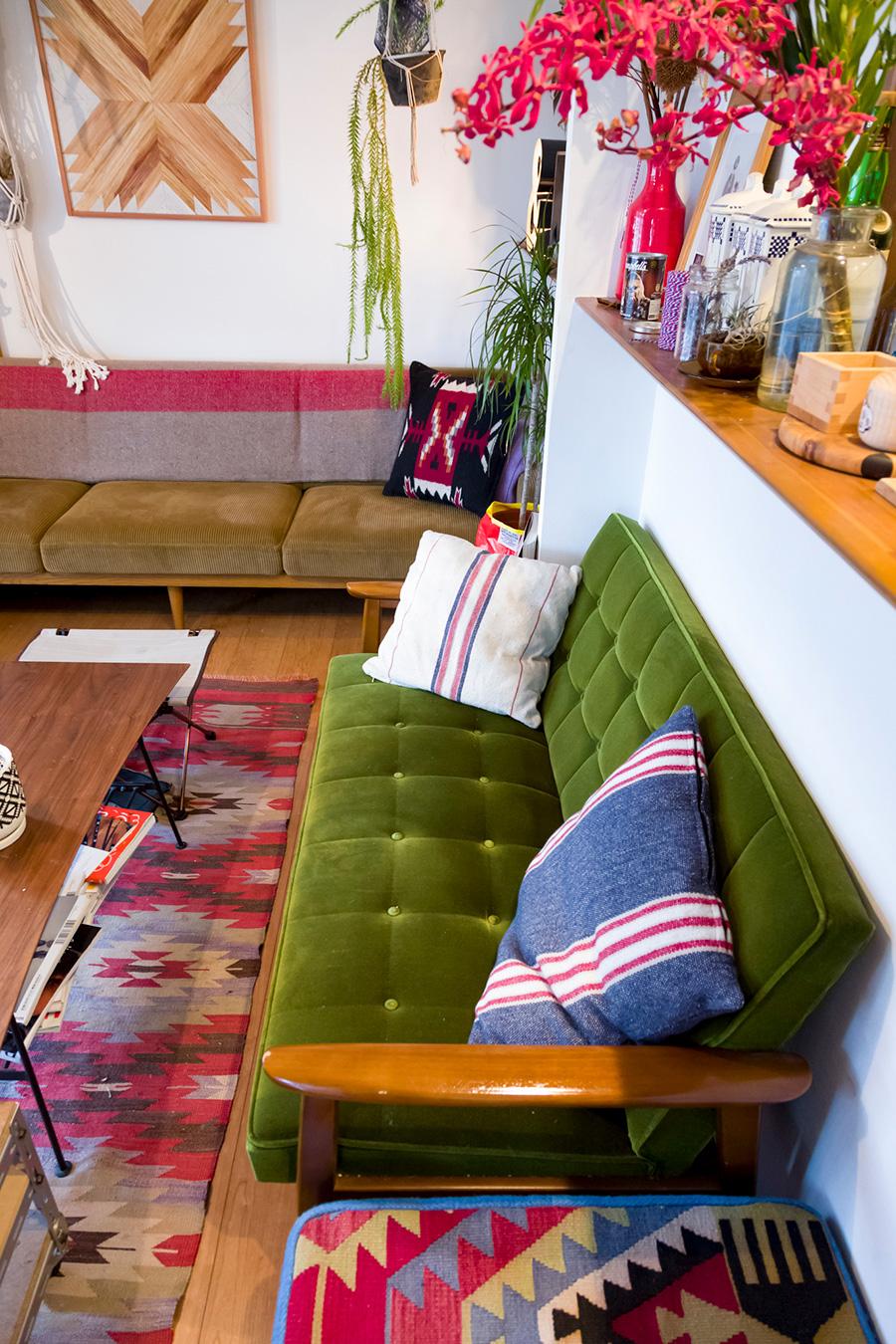 手前が『カリモク』、奥が『TRUCK furniture』のソファ。このスペースに客人が集まってくるのだそう。