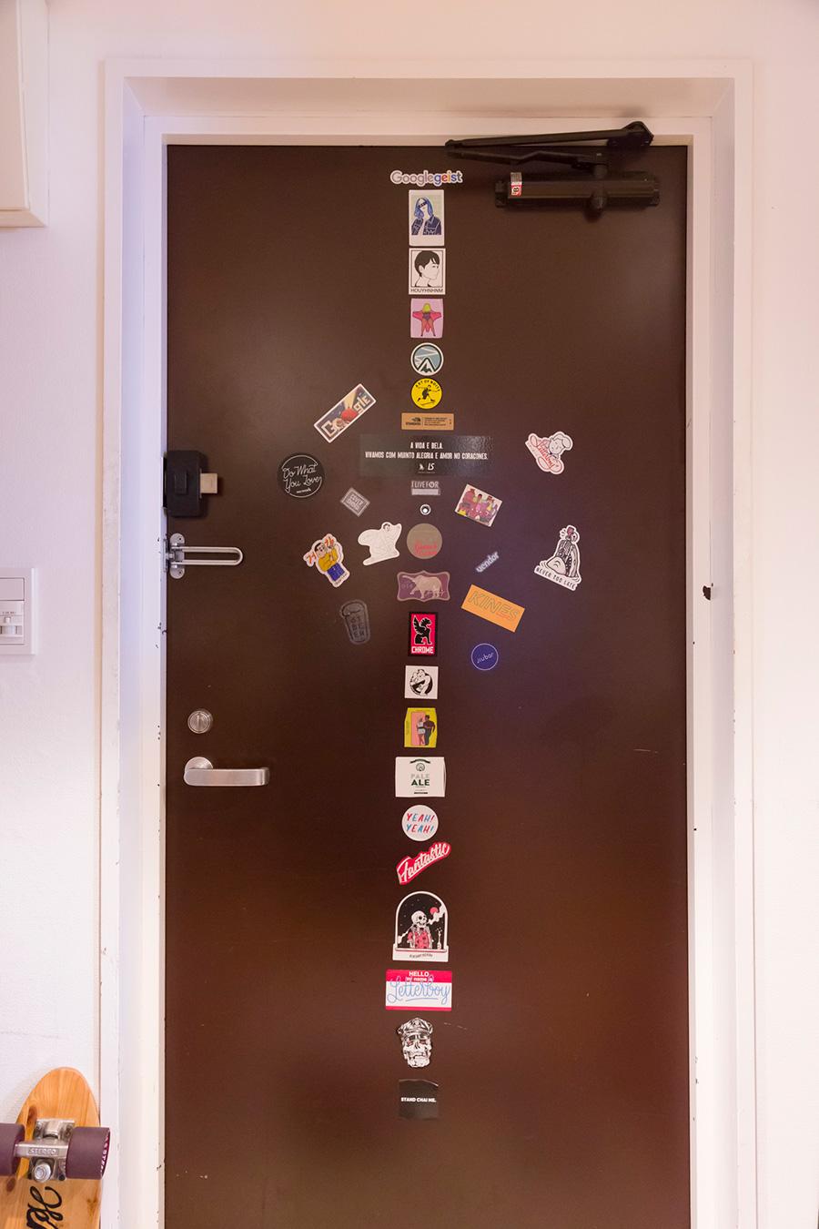 「最初は縦にステッカーを貼っていったのですが、スペースが足りなくなり横へと増殖中です。友人のアーティストが作ったものが多いです」