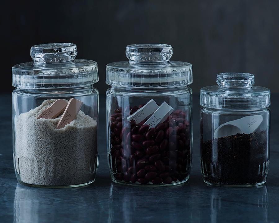 塩などの調味料容器に入れれば、調味料が固まらず快適に使え、チャサジをそのまま入れておけば、茶葉の乾燥も保つ。ホワイト・ピンク・グリーンの3色展開。