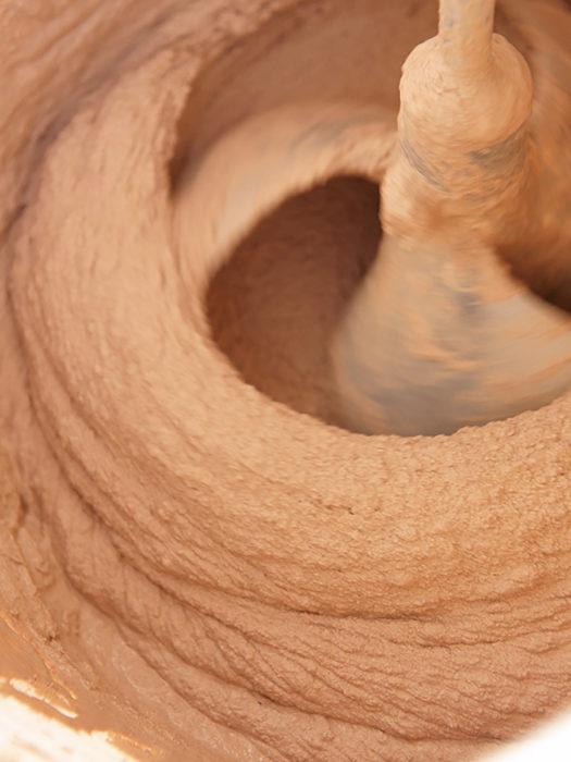 左官の技術を最大限に生かして土を配合。