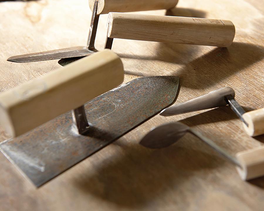 コテは、100本以上の中から用途によって使い分けながら丁寧に塗り上げる。