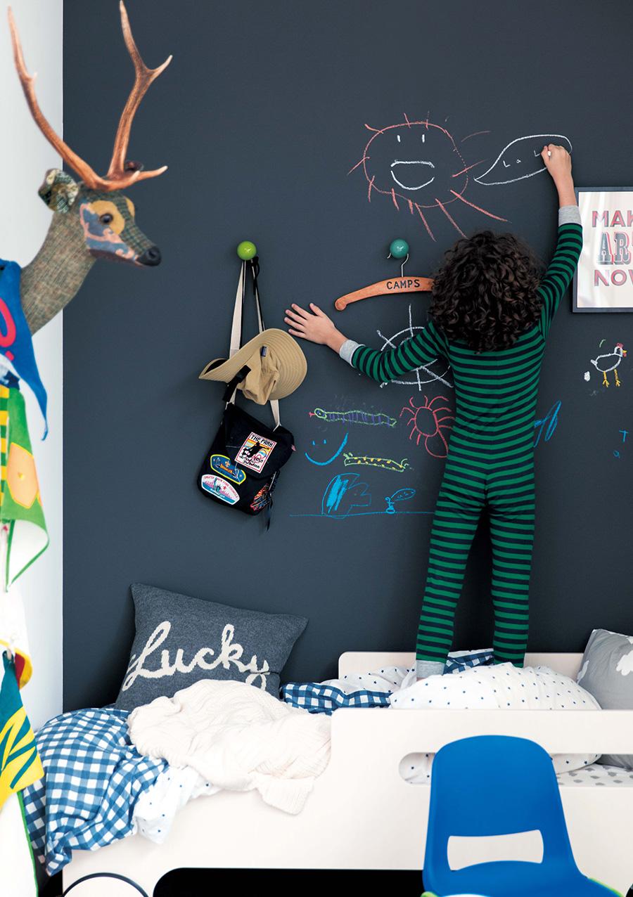 チョークで自由に描いたり消したりができる、黒板のような壁紙。〈Blackboard〉も『SUPPOSE DESIGN OFFICE Co., Ltd.』と『サンゲツ』のコラボアイテム。子ども部屋はもちろん、玄関脇に貼って家族の伝言板にも。黒やブルーなど、全7色のラインナップ。品番:RE-7929。©SUPPOSE DESIGN OFFICE Co.,Ltd. Photo by Norio Kidera, Styling by Fumiko Sakuhara