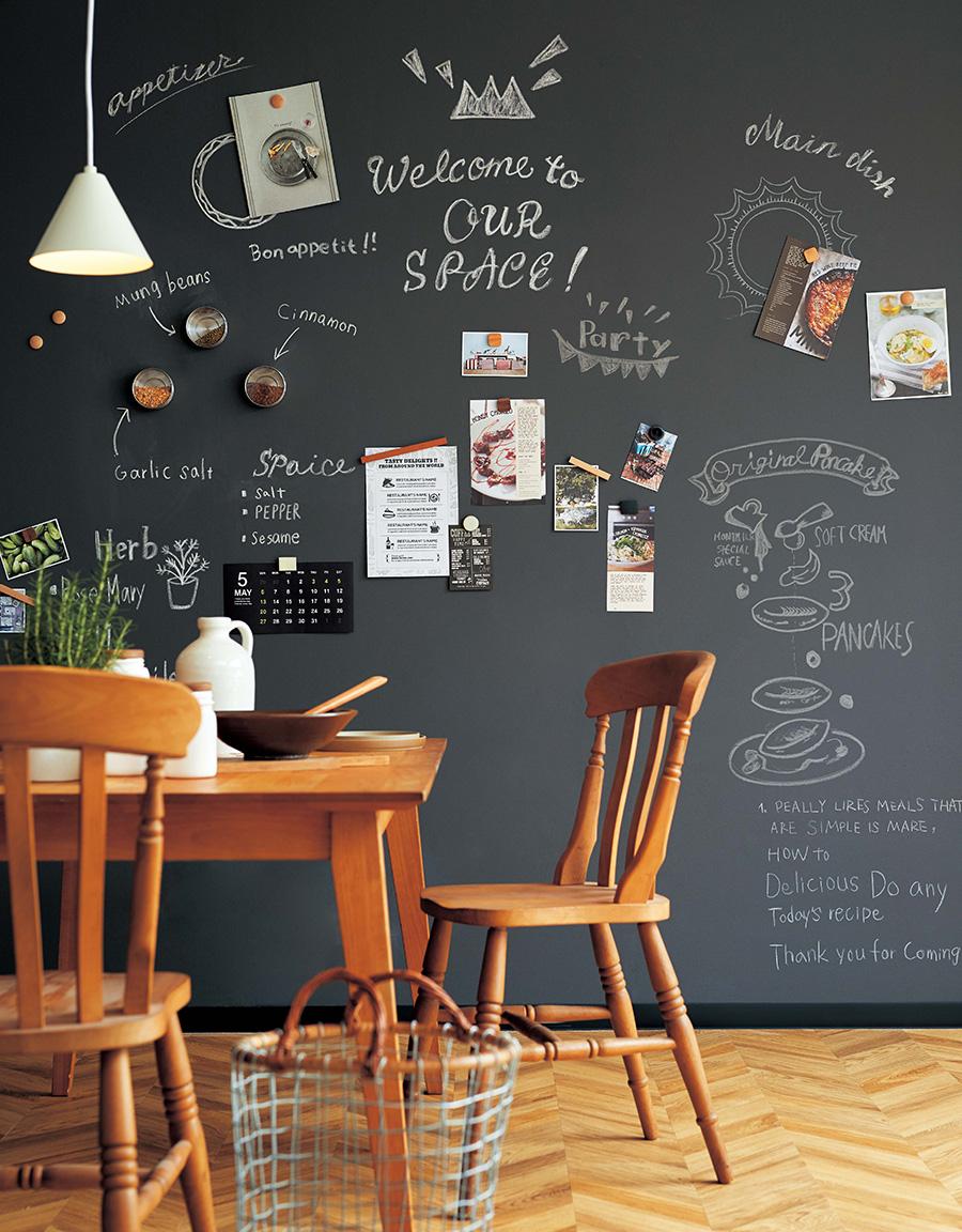 〈Blackboard〉の下に下地材の〈サンマグネシタジ〉などを貼ると、マグネットが使える壁になる。品番:K-304(サンマグネシタジ)、RE-7929(壁紙)