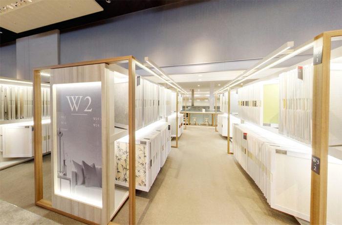 『サンゲツ品川ショールーム』の壁装材のサンプルが収められた棚。ここからサンプルを取り出して、自由に比較検討することができる。