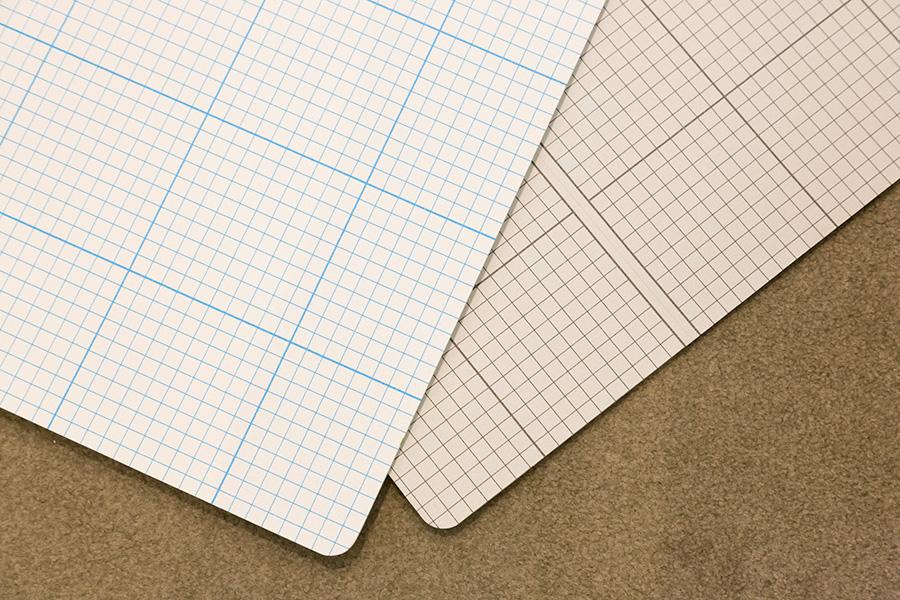 方眼クロスの色味や素材感もチェックできる。ボードに張られているので、他の壁紙や床材とのコーディネイトもその場で確認できる。