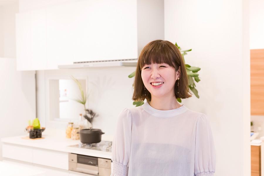 『サンゲツ』インテリア事業本部の小椋淑恵さん。「壁紙は大きいサイズのものを実際に見て確認することをお勧めします」