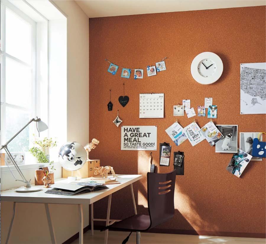 コルクの壁紙を使えば、ピンは刺し放題! 仕事部屋やワークスペースで使えば、壁面が有効活用できそうだ。品番:K-306。