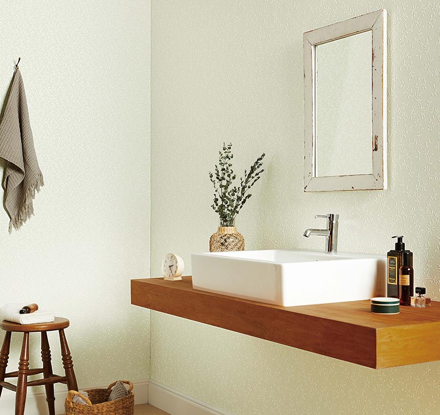 〈ウレタンコート〉壁紙は一般の壁紙と比べて汚れや傷に強く、施工性にも優れている。マットな質感も特徴。階段や玄関ホールなどでも活躍してくれそうだ。品番:FE-1656。