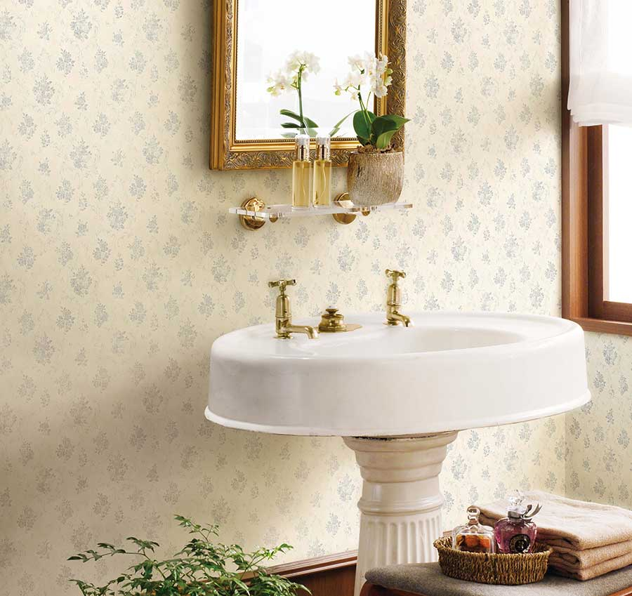 消臭効果のある壁紙〈ルームエアー〉は、トイレやタバコのニオイが気になる部屋などに最適。シックハウスの原因となるホルムアルデヒドを低減させる効果も。品番:FE-1693。