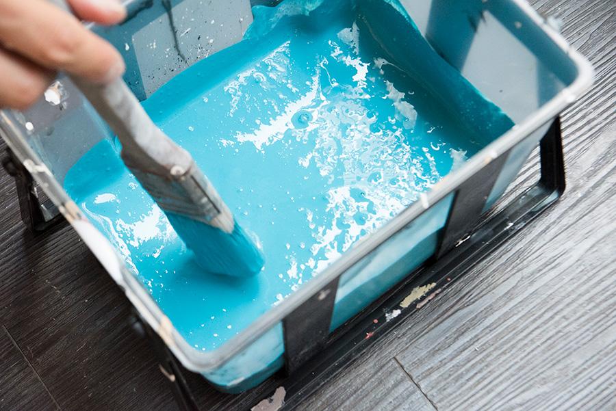 刷毛を使って塗料とグレイズをよく混ぜる。混ぜ方が足りないと、発色が不十分になるそう。
