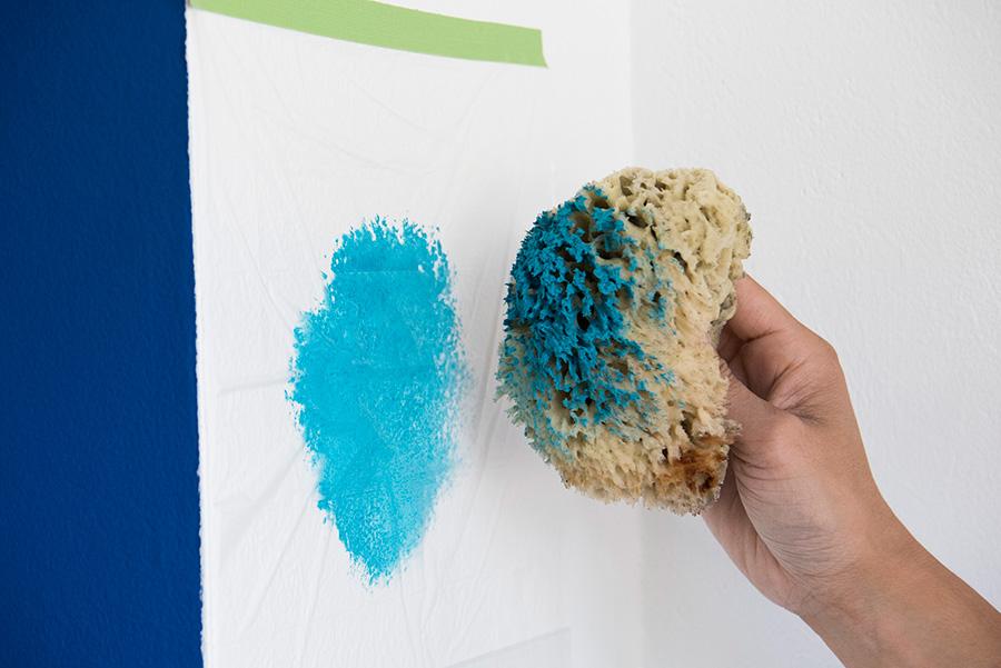 いちど水に濡らした海綿に塗料をつけ、壁に貼ったマスカーの上で万遍なく染み込ませる。