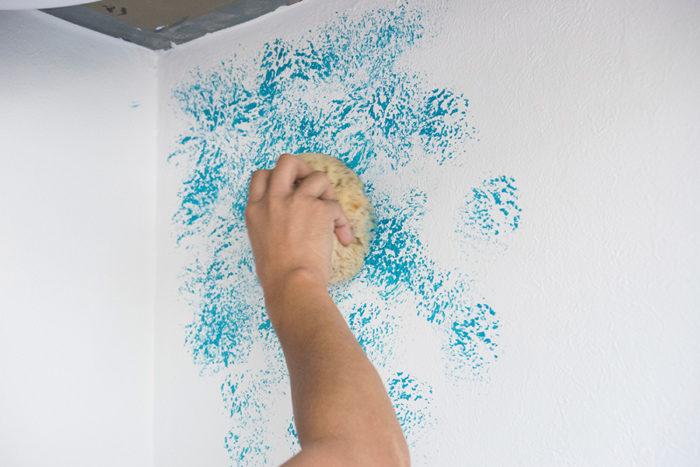 壁に押し当てるように色をポンポンと載せていく。手首の向きを変え、模様が単調にならないように色を載せていくのがポイント。