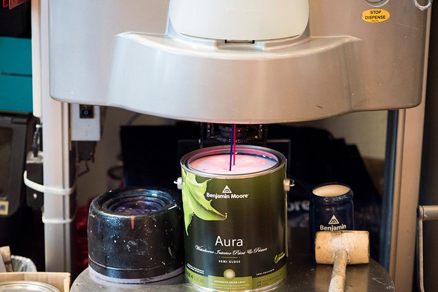 アクリル樹脂のベースに顔料を混ぜて3600色の塗料を生み出す。